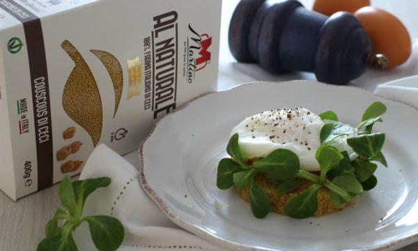 Medaglioni di couscous di ceci con uova in camicia e soncino