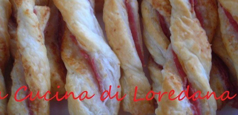 Grissini di pasta sfoglia ripieni di formaggio e salame