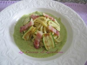 spaghetti su vellutata di zucchine