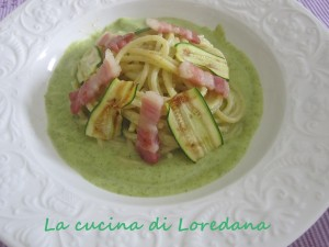 spaghetti su vellutata di zucchine con pancetta croccante