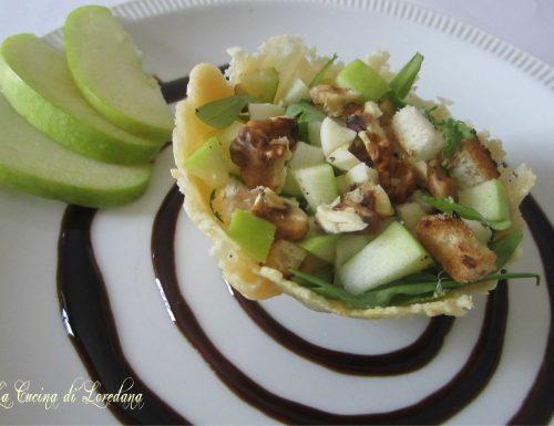 Insalata di valeriana, noci e mele in cestino di parmigiano
