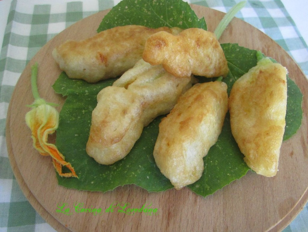 fiori di zucchina ripiene e fritti in pastella