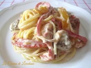 spaghetti cremosi peperoni e salsiccia