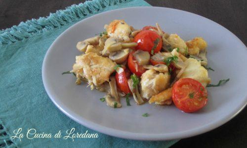 Bocconcini di pollo con funghi e pomodorini