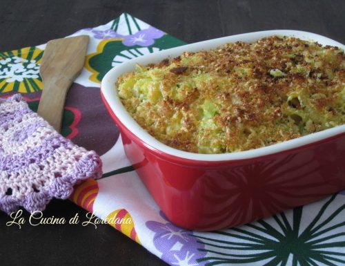 Pasta con cavolfiore e crumble al formaggio