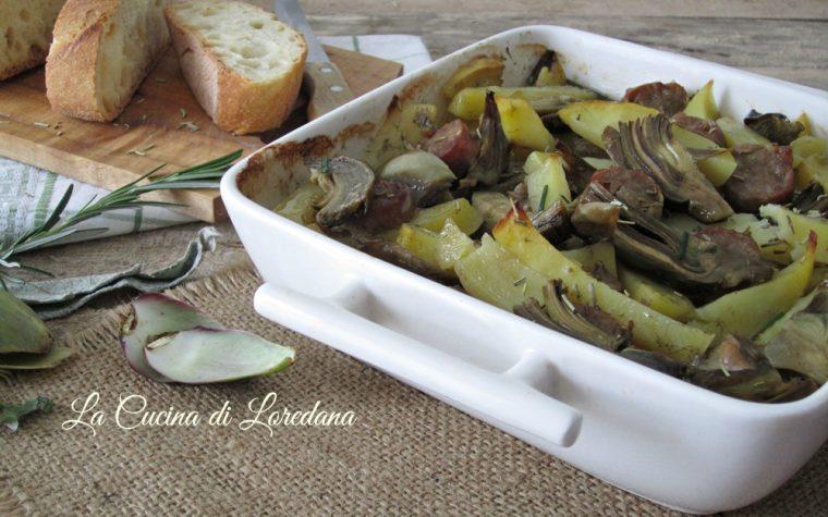 Carciofi patate e salsiccia al forno
