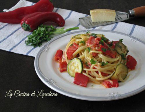 Spaghetti con peperoni e zucchine
