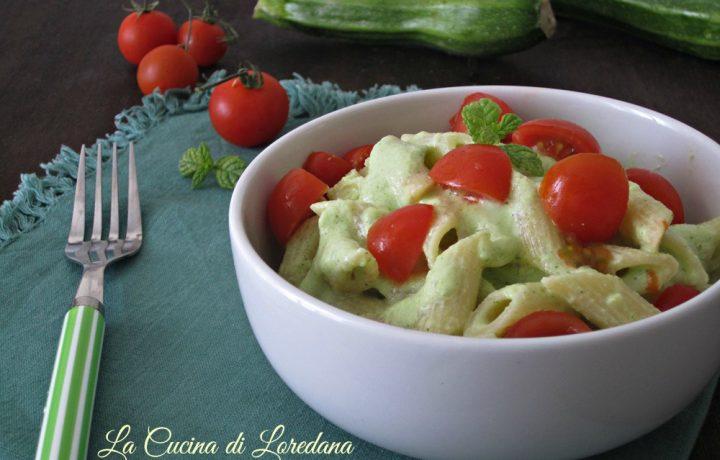 Pasta fredda con crema di zucchine e pomodorini