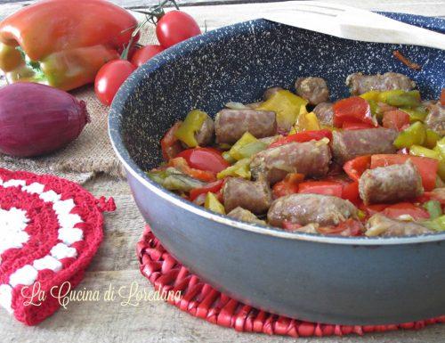 Peperoni in padella con salsiccia