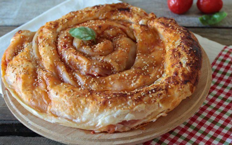 Girella di pasta sfoglia ripiena alla pizza