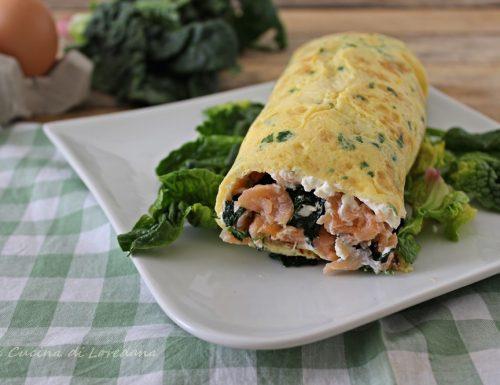 Rotolo di frittata con salmone e spinaci