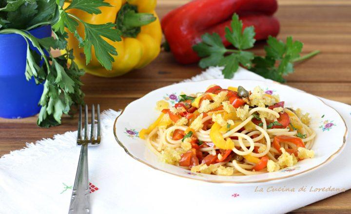 Spaghetti con peperoni e mollica croccante