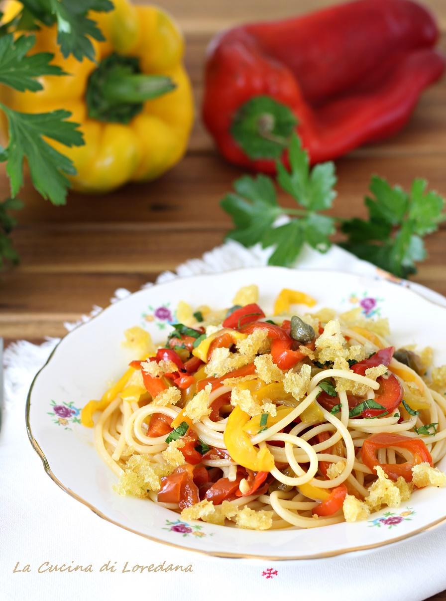 pasta con i peperoni e mollica croccante