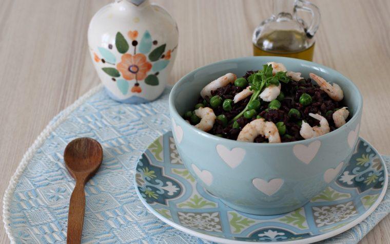 Insalata di riso venere con gamberi e piselli