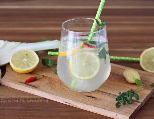 Acqua detox con limone e finocchio
