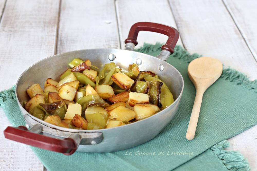 patate e peperoncini verdi in padella