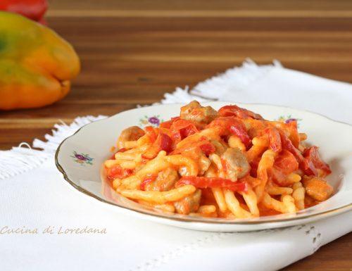 Trofie con peperoni e salsiccia