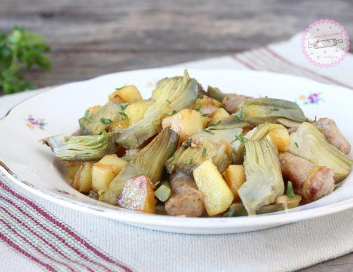 Carciofi con patate e salsiccia in padella
