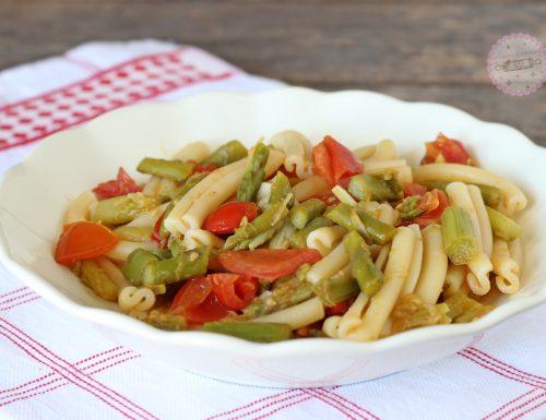 Pasta con asparagi e pomodori
