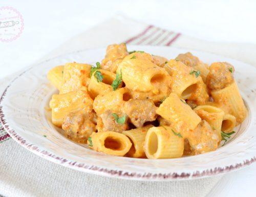 Pasta con crema di peperoni e salsiccia