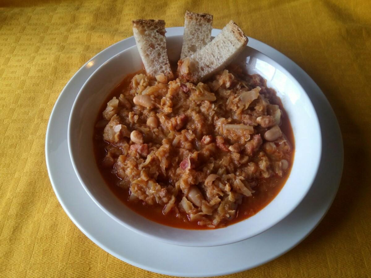 Minestra di verza con pancetta,fagioli e pepe rosso calabrese