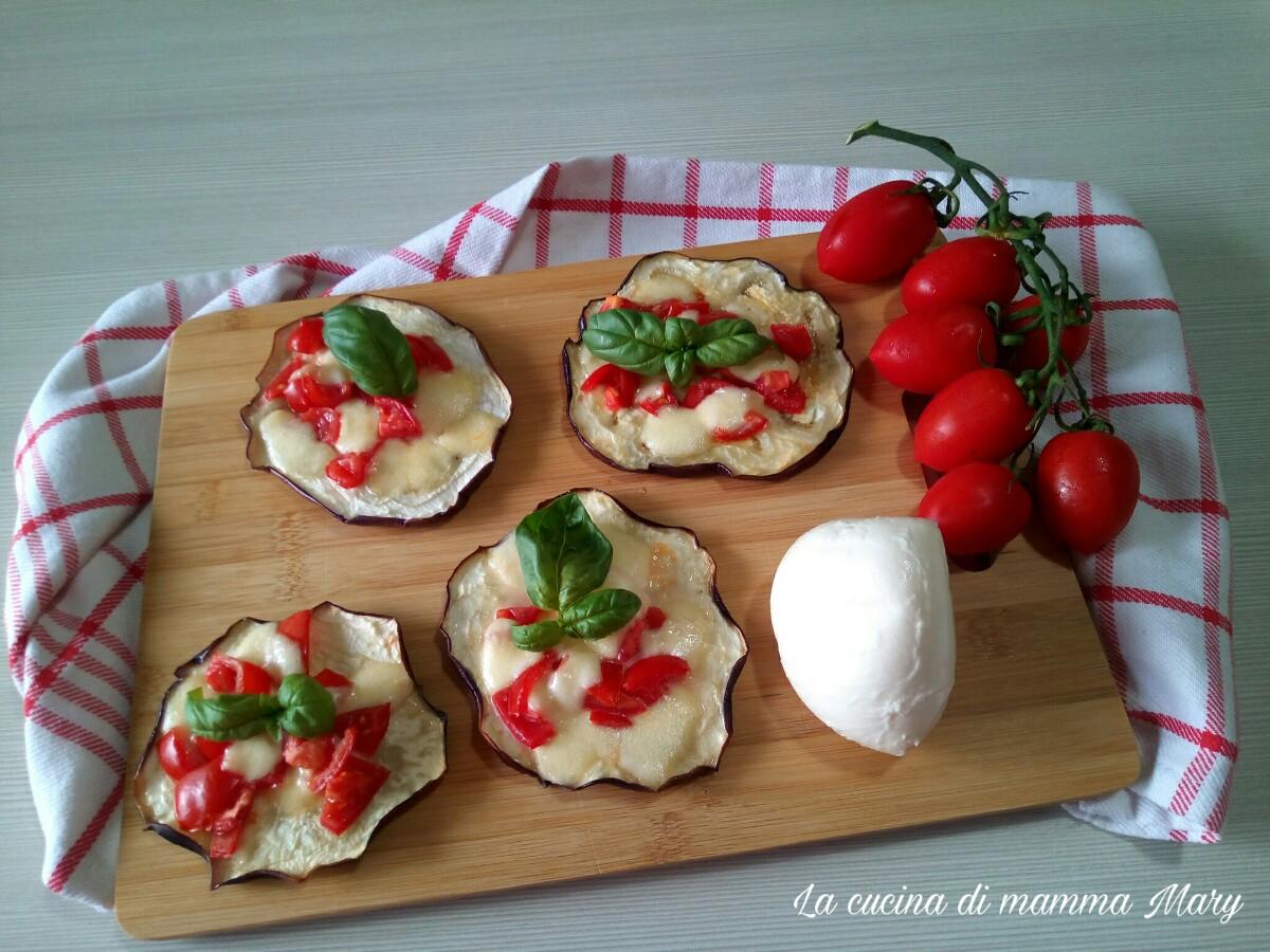 Bruschette di melanzane con mozzarella e pomodoro