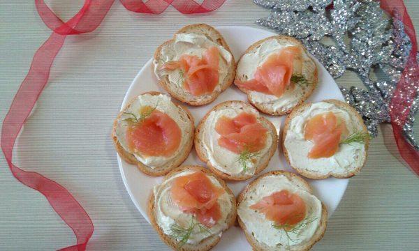 Tartine al salmone e formaggio alle erbe