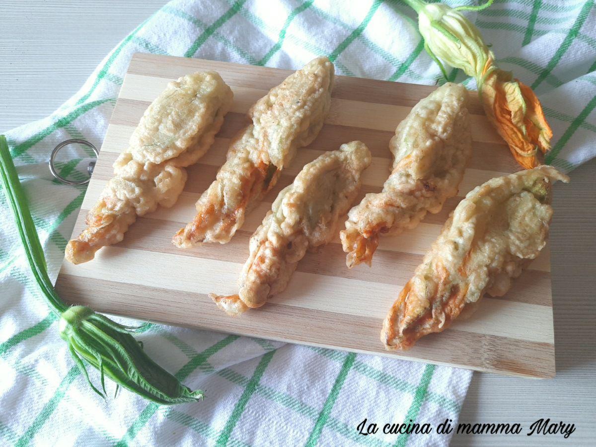 Fiori di zucca in pastella ripieni di prosciutto e provola