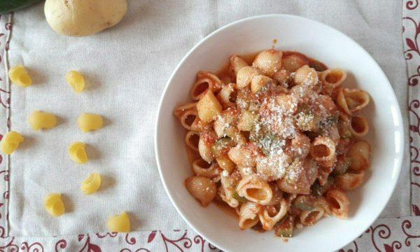 Pasta con sugo di zucchine e patate