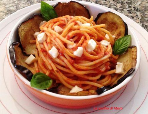 Spaghetti con melanzana e mozzarella