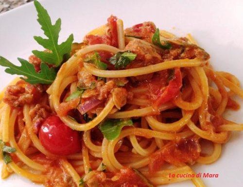Spaghetti quadrati con vongole, tonno e rucola