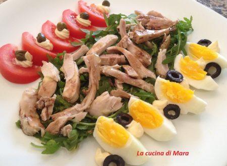 Insalata di pollo con uova e verdure
