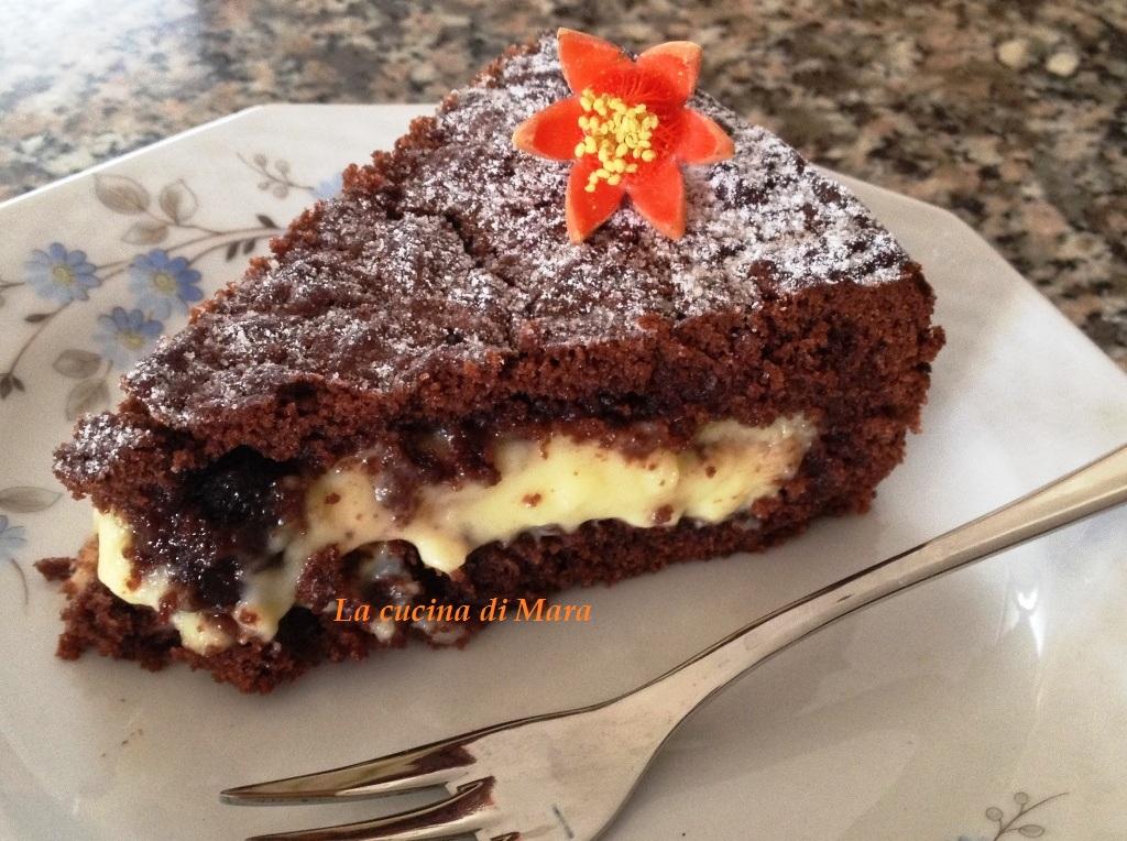 Crostata morbida al cioccolato, crema e amarene
