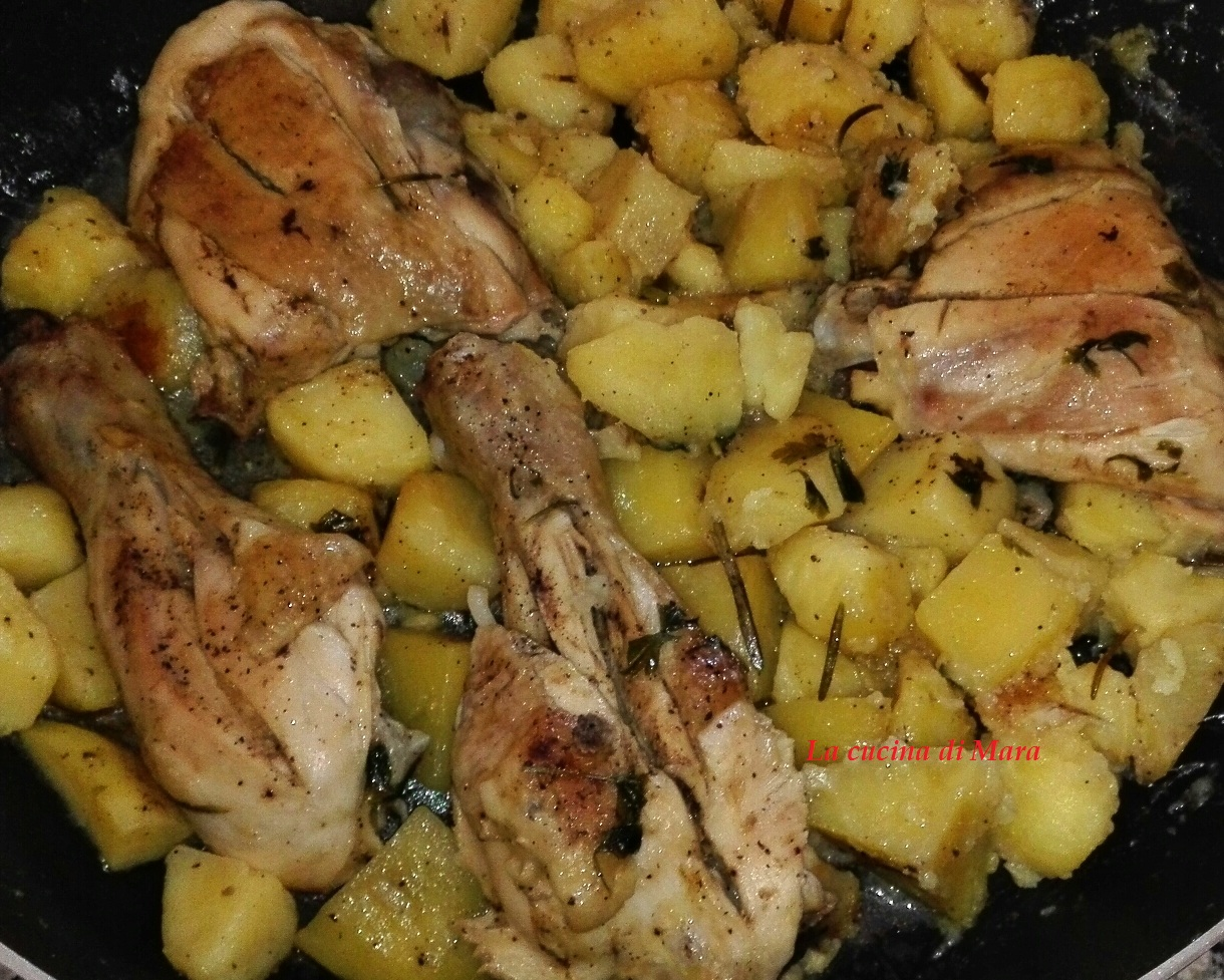 Pollo con patate cotto in padella come in forno