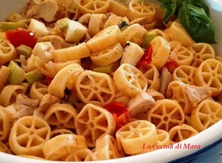 Rotelle con pollo, zucchine e mozzarella