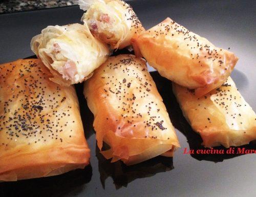 Fagottini di pasta fillo con formaggi e prosciutto