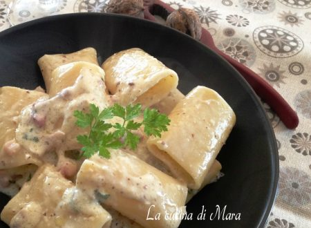 Pasta cremosa con pancetta, formaggi e noci