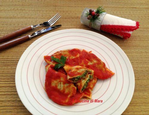 Ravioloni ricotta e spinaci al sugo
