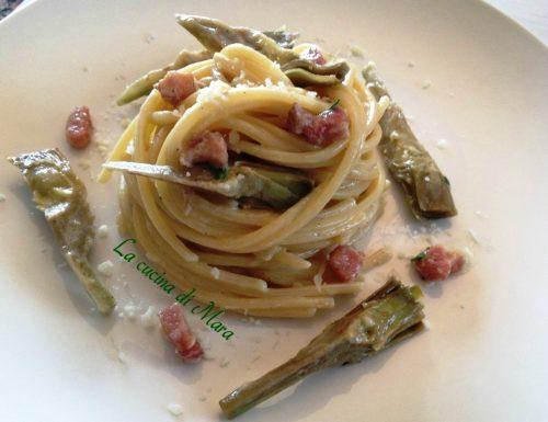 Spaghetti quadrati cremosi con carciofi e pancetta
