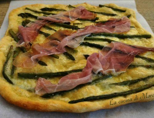 Pizza con asparagi, scamorza e prosciutto