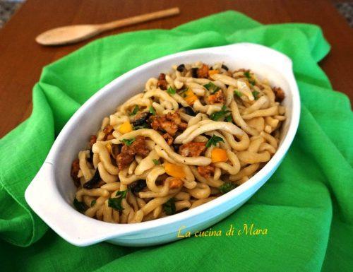 Spaghettoni freschi con salsiccia e funghi