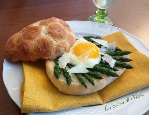 Panino gourmet con asparagi, uovo e grana