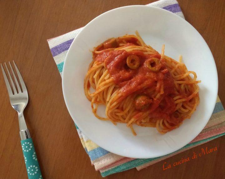Spaghetti con sugo al parmigiano e olive