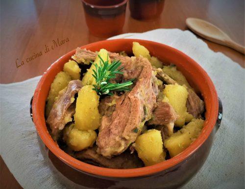 Agnello in coccio con patate e carciofi