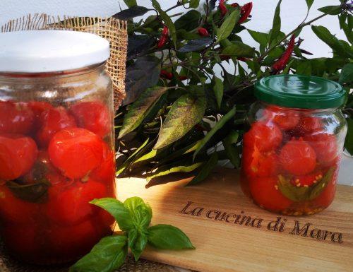 Pomodorini interi con basilico e peperoncino
