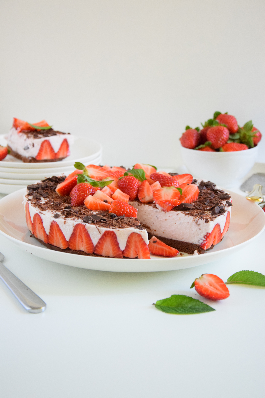 Mousse cake alle fragole e cioccolato