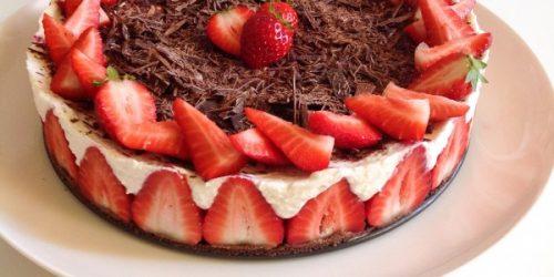 Cheesecake con fragole e cioccolato