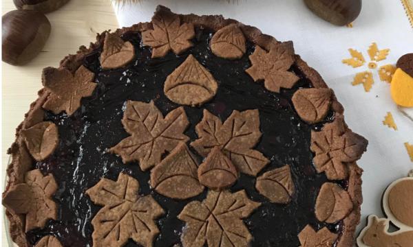 Crostata con pasta frolla al cacao e farina di castagne con confettura di frutti di bosco