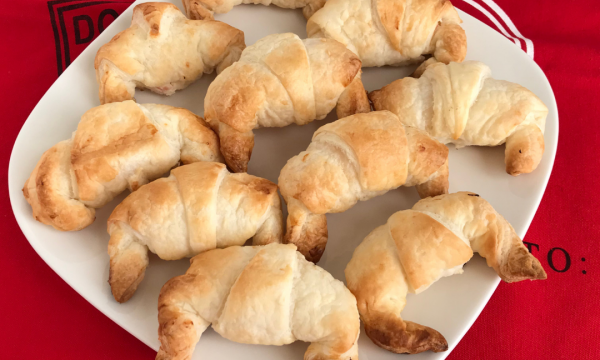 Mini croissant con salmone e formaggio spalmabile