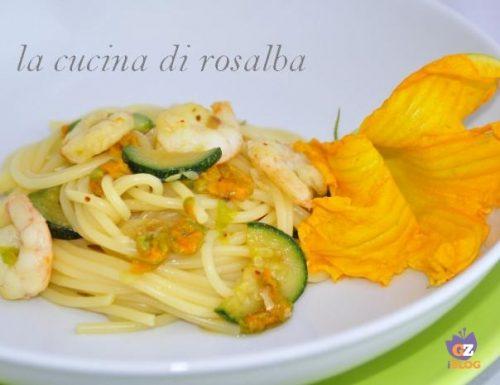 Pasta con gamberetti fiori di zucca e zucchine